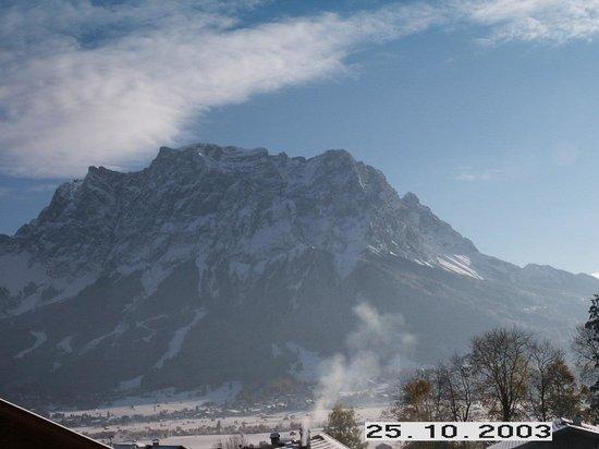 """Am Sonnenfels: Das Wetterstein Panorama ist unglaublich - und liegt einem direkt """"zu Fuessen"""""""