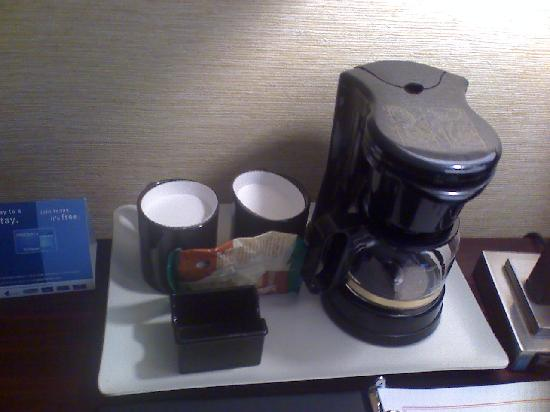 Ramada Plaza Holtsville Long Island: Only 1 Coffee bag (With no cream/sugar provided)