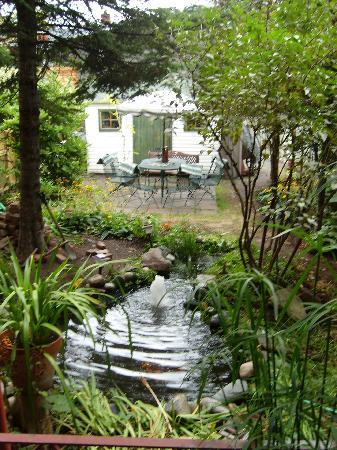 B & B Marie Anne Garnier: le jardin à l'arrière, avec le bassin illuminé la nuit