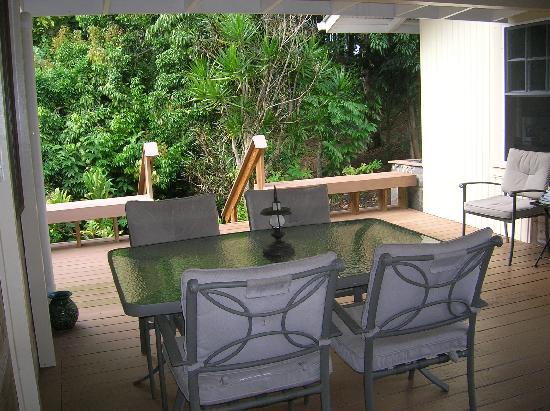 Kapoho Village Inn: outside dining area