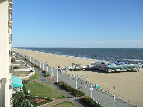 BEST WESTERN PLUS Sandcastle Beachfront Hotel : View of the entrance to the fishing pier, boardwalk and beach from the room balcony