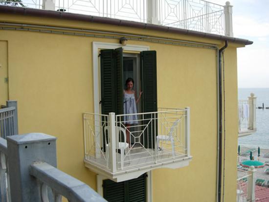 Balconi Piccolissimi : Io sul balcone foto di hotel residence arturo sirolo tripadvisor