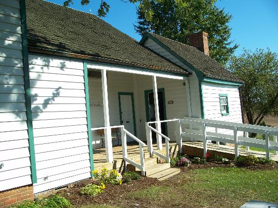 The Dr. Samuel Mudd House & Museum: Outside the kitchen at the Mudd house