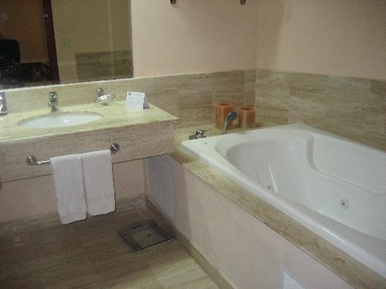Grand Palladium Vallarta Resort & Spa: Royal bathroom