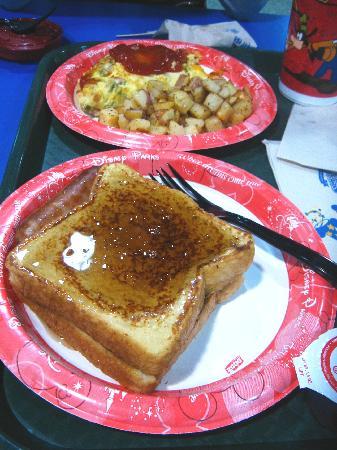 Disney's All-Star Sports Resort: 朝食。オムレツとフレンチトースト