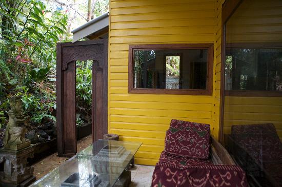 Byron Bay Guest House : Rear yard day bed.