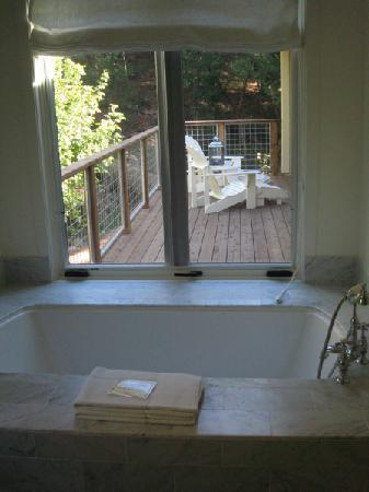 Farmhouse Inn: Tub looking out onto private balcony