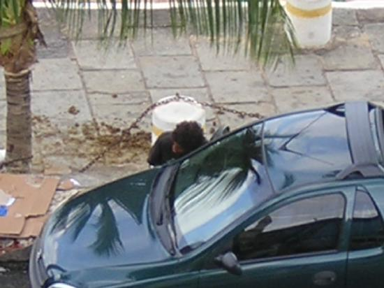Grande Hotel Da Barra: Here, the homeless is using a car parked on the street as a toilet.