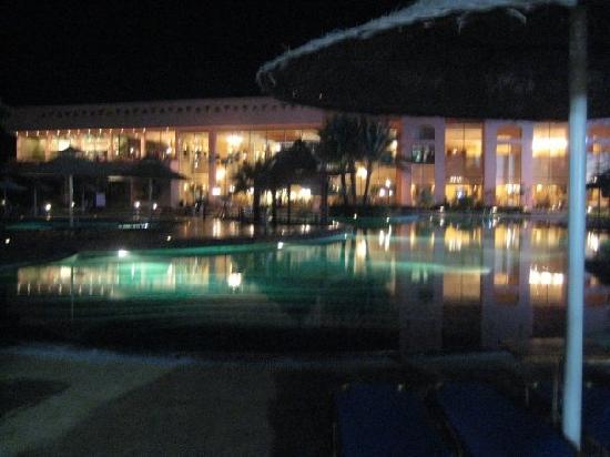 Sea Club Royal Nubian Island: Main building di sera