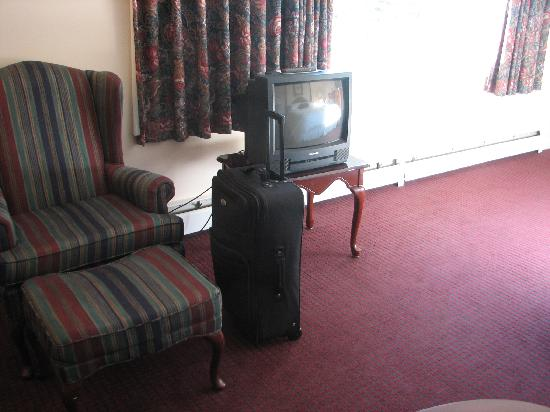 Inn at Mount Snow: tv and chair