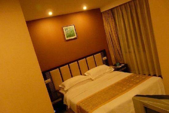 Starway Jindi Hotel: Côté lit de la chambre