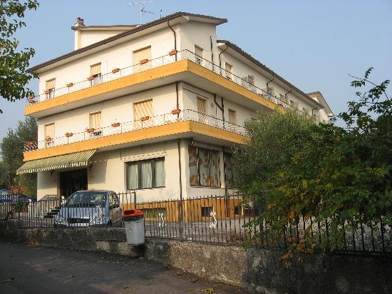 Villa Ferretti: Parkplatz beim Haus