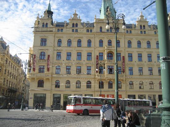 Hotel Kings Court: En bordure du quartier touristique piétonnier, au pied du métro et des trams