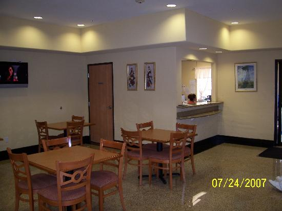 Quality Inn: Lobby & Breakfast area