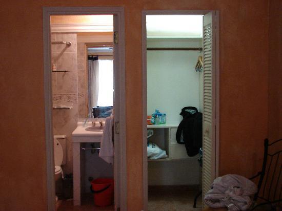 Buganvillas Hotel Suites & Spa: Baño y placard