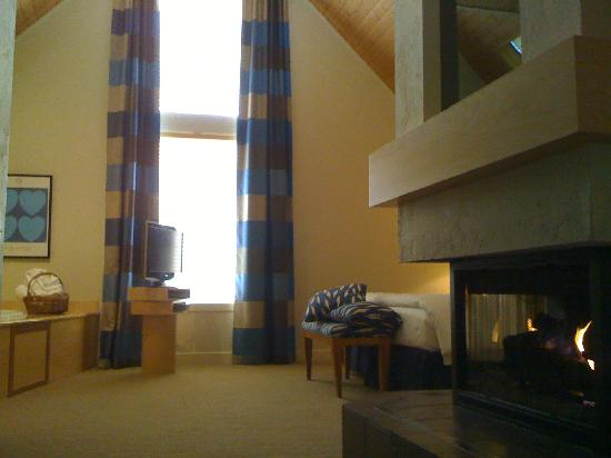 Inn Walden: Suite 5 bed, fireplace and jacuzzi
