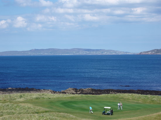 Narin & Portnoo Golf Club : Overlooking a tee to one of the islands