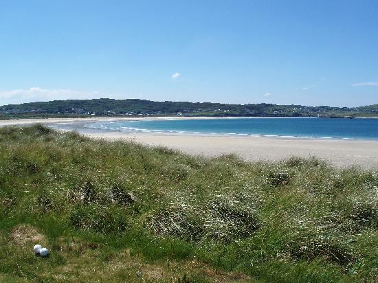 Narin & Portnoo Golf Club : Public beach by the course that at low tide you can walk to the island