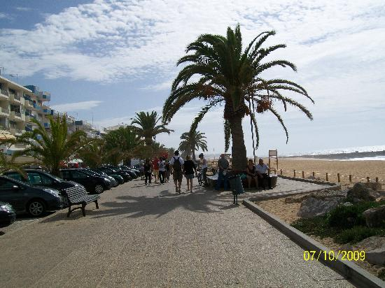 Dom Pedro Golf Resort: walking along beach to Quarteira