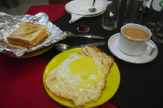 Hotel Aster Inn: Breakfast... not over easy, but over runny!