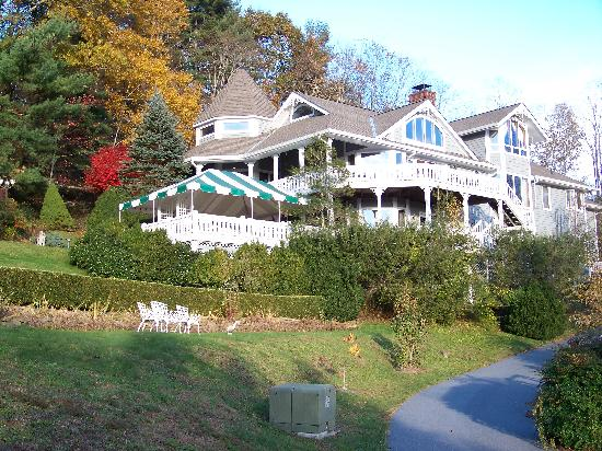Innisfree Bed & Breakfast By-The-Lake: Innisfree Victorian Inn