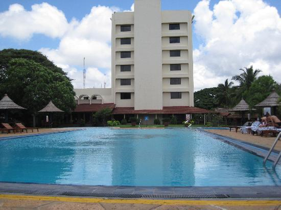 The Gateway Hotel Airport Garden Colombo: Pool and Hotel