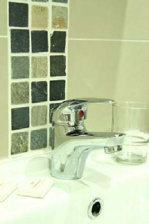 Foxbar Hotel: bathroom tiling