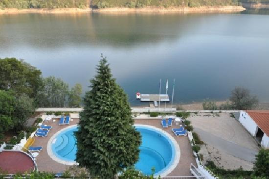 Ferreira do Zezere, Portugal: View from our room of pool and lake