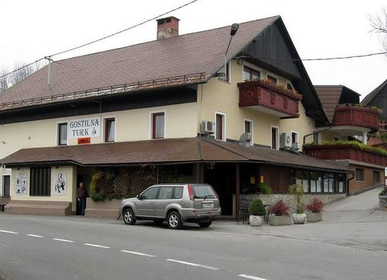 Logatec, Eslovenia: The Inn's new rooms are off the side balconies, towards the back