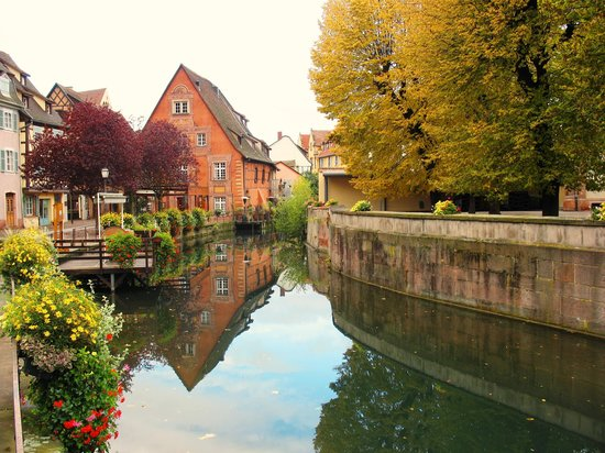 Colmar, França: Canal View of Beautiful Town