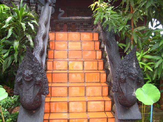 Angkor Spirit Palace: naga