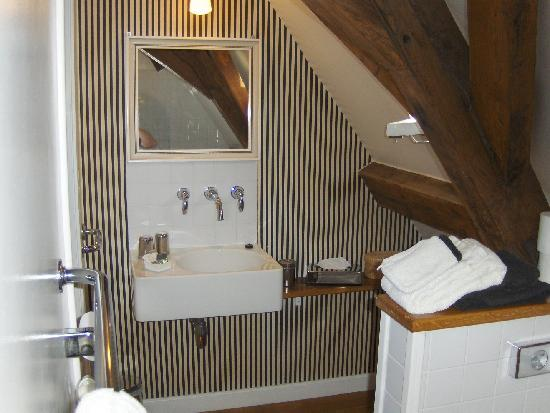 Number 11 Exclusive Guesthouse: Grey-white room bathroom