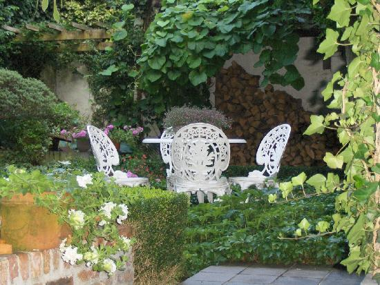 Number 11 Exclusive Guesthouse: Private back garden