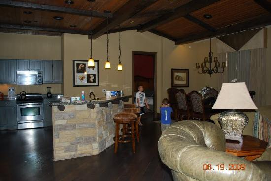 Glacier Canyon Lodge: kitchen / dining room