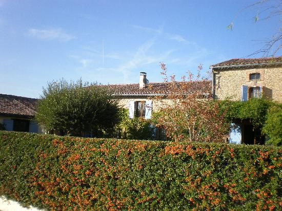 Domaine La Castagne: view of the house from poolside