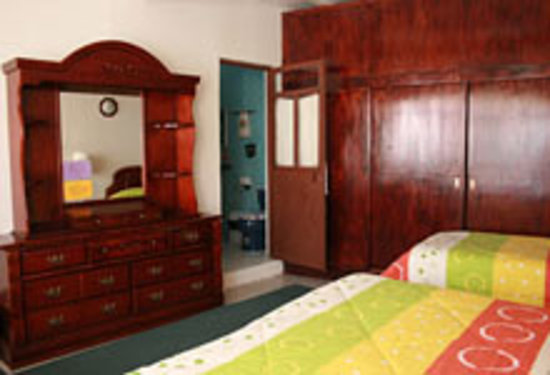 El Hogar de Carmelita: room w/1 king bed, 1 single bed & ensuite bathroom