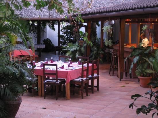Swiss Garden Hotel: Garden/Restaurant Area