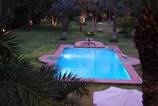 Dar Ayniwen Villa Hotel: View of the pool at dusk.