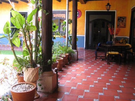 Casa Chikita Bed & Breakfast: Enjoy a coffee in the courtyard