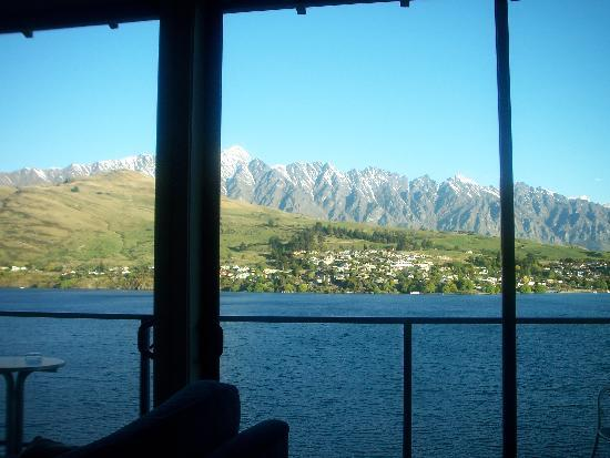 Villa Del Lago: View looking out from Loungeroom