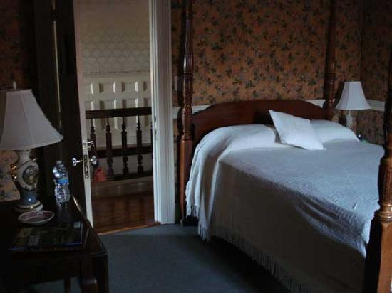 Iron Horse Hotel Bed & Breakfast: This smaller room was not on the railroad side, perhaps was a bit quieter at night