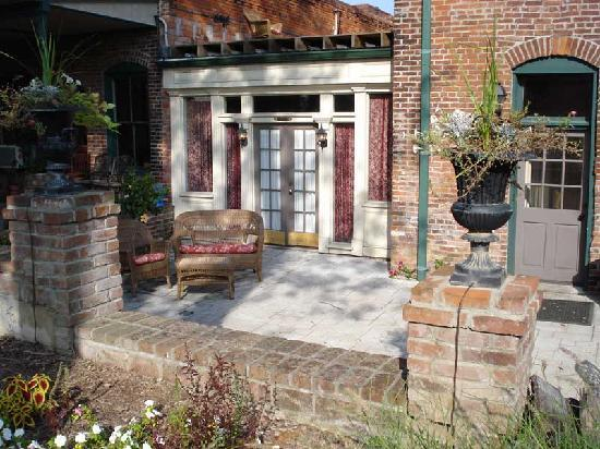 Iron Horse Hotel Bed & Breakfast: Private patio entrance to the New Orleans room
