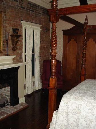 Iron Horse Hotel Bed & Breakfast: Our room had a fireplace with instructions on how to use it