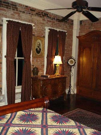 Iron Horse Hotel Bed & Breakfast: Exposed brick wall, quilt and historic decor
