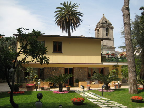 Villa La Contessina: exterior and courtyard