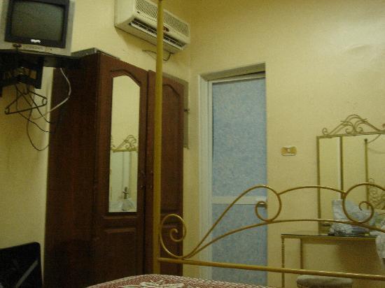 Ramses II Hostel : room with no window