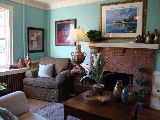 The Williamsburg Manor Bed and Breakfast: Loved the Wall Color