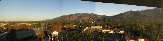 Monrovia, Californië: 9th Floor view of Arcadia/Sierra Madre