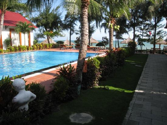 Sunrise Resort: Swimming pool and a small terrace at beach side.