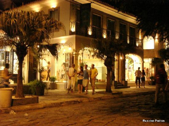 Rua das Pedras: Rúa das Pedras a noite, muito charmosa